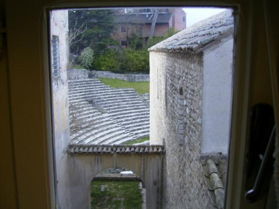 Aurora Hotel: 部屋から隣のローマ劇場跡を眺める