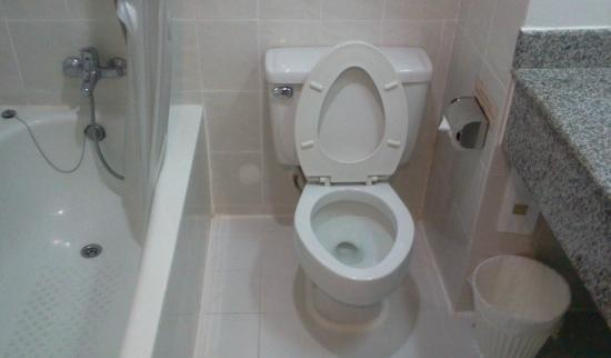 Samran Place Hotel: toilet