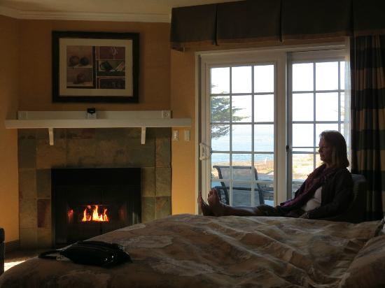 Fireside Inn on Moonstone Beach: Fireplace suite with view to ocean.