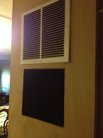 Clearwater Lake Resort : empty hole in the wall and a very dirty air vent