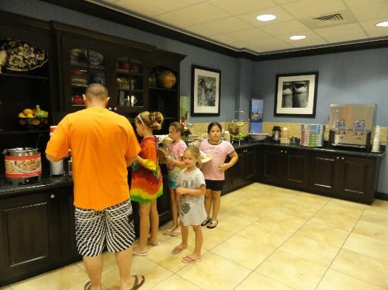 Hampton Inn Murrells Inlet/Myrtle Beach Area: Breakfast area.