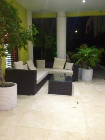Brickell Bay Beach Club & Spa: front lounge area
