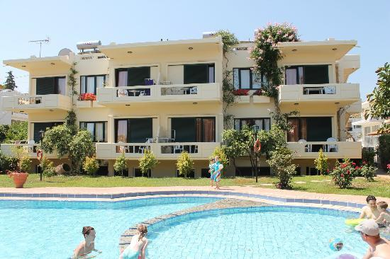 Lefka Apartments: Poolside