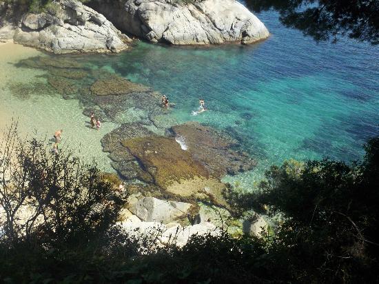 Comtat Sant Jordi: La plage située en face de l'hotel (route à traverser)