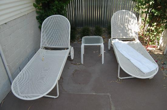 Movie Colony Hotel: yikes, private patio feature. Old and very uncomfortable lounge chairs