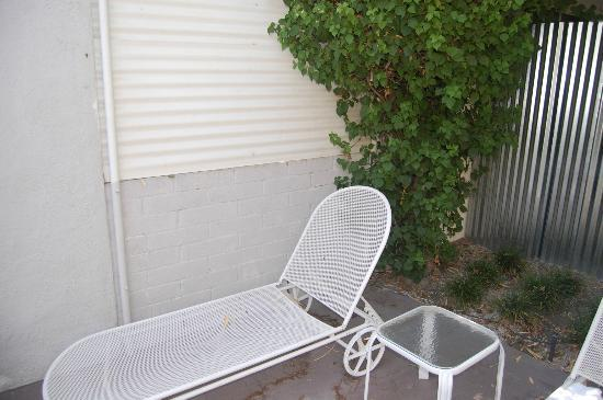 Movie Colony Hotel: This was our private patio, Not a place where you would want to spend any time