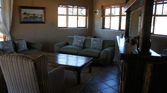 Jamila Game Lodge: Elephant suite lounge