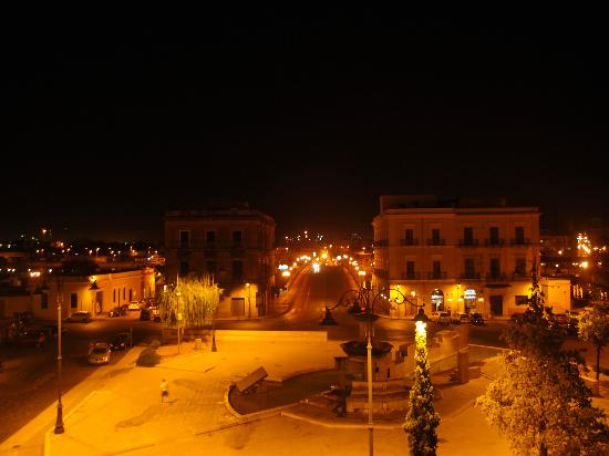 Hotel L'Arcangelo: Night view from the balcony, overlooking Piazza Fontana.