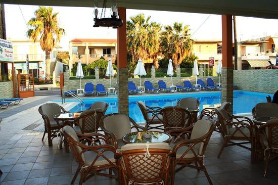 Esmeralda Hotel: Looking from the bar / eating area to the pool