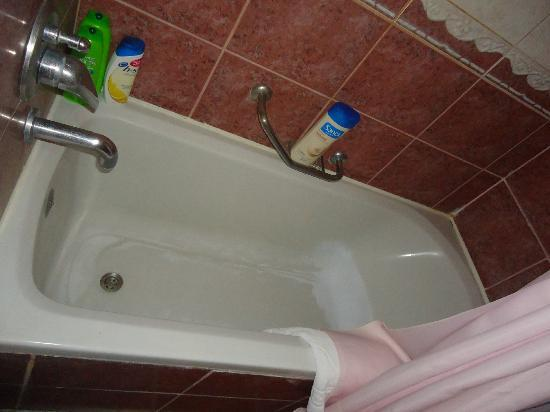 أوتل مصطفى: La bañera tampoco tenia mangera y estaba toda manchada no sé de que. Que asco! 