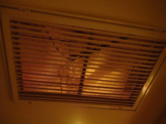 Mustafa Hotel: Esta es la ventanilla del aire acondicionado, todos los hilos estaban colgando.