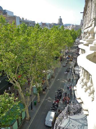 Hotel Montecarlo Barcelona: View from balcony onto La Rambla