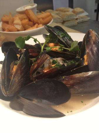 Hugo's on Megalong: Blue Water Mussels Mariniere