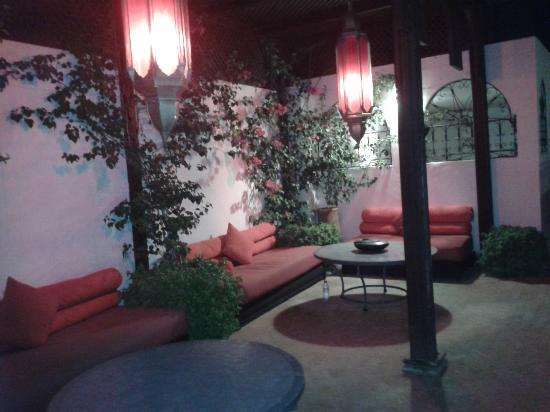 Riad La Maison Rouge : petit coin cosy sur la terrasse