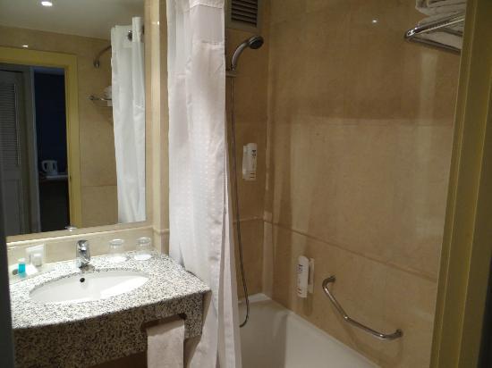 Holiday Inn Madrid: Salle de bains chambre 432
