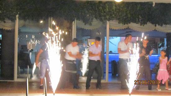 Fun Point Hotel : Tyrkisk aften, hvor hotelpersonalet underholder med dans