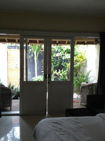 Scallywags Resort: View of outdoor garden from bedroom