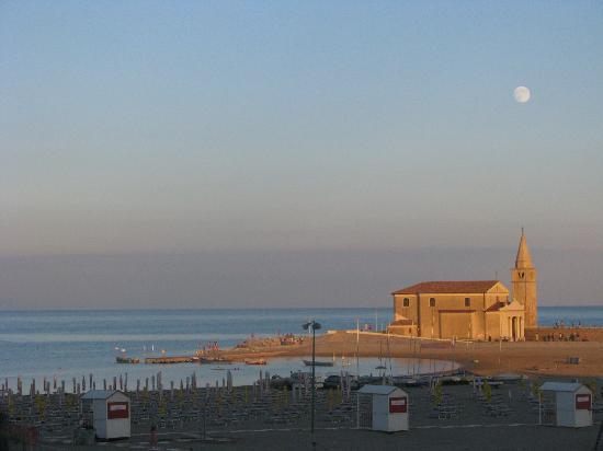 Hotel Rivamare: Il tramonto verso la chiesetta sulla spiaggia dal balcone