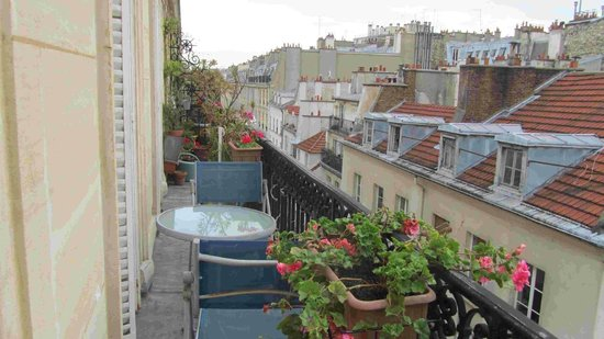 Appartement d'hotes Folie Mericourt: pretty potted flowers on our Parisian balcony