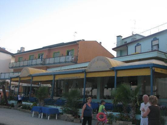 Hotel Rivamare: veranda verso la spiaggia, in preparazione la cena a tema...