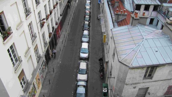 Appartement d'hotes Folie Mericourt: street directly in front of apartment
