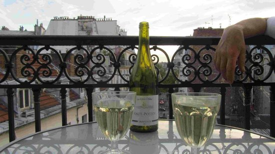 Appartement d'hotes Folie Mericourt: just the place for an evening beverage