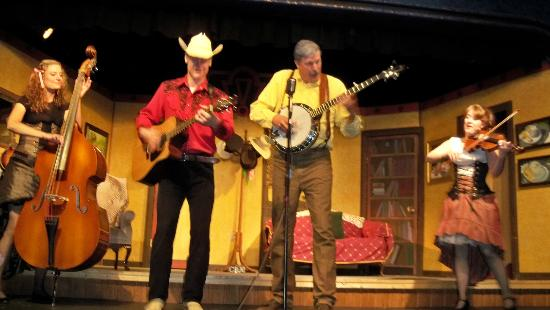 Pinecone Playhouse at Mack's Inn Resort: Some fine pickin'
