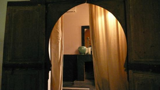 Riad Al Assala Medina: 中庭から部屋を観る