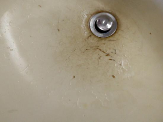Scottish Inns New Cumberland: Do you want to rinse you toothbrush in this sink?