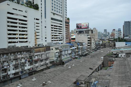 Centric Place Hotel: 手前にある低層の住宅街を通って、駅へ向かいます。