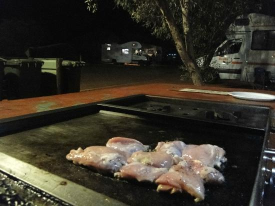 Ayers Rock Campground: Parrillas a gas...
