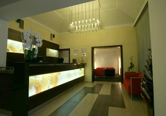 Hotel Lunik: Front desk