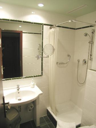 Hotel Lunik: Bathroom