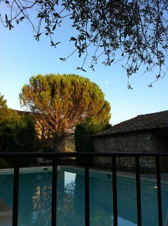 Les Mejeonnes : vue piscine depuis la table
