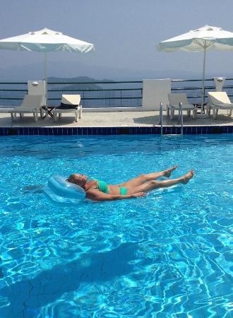 Skiathos Club Hotel Suites: Relaxing in the pool...