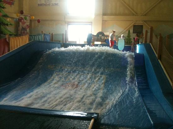 Great Wolf Lodge: Wave pool on inside of hotel