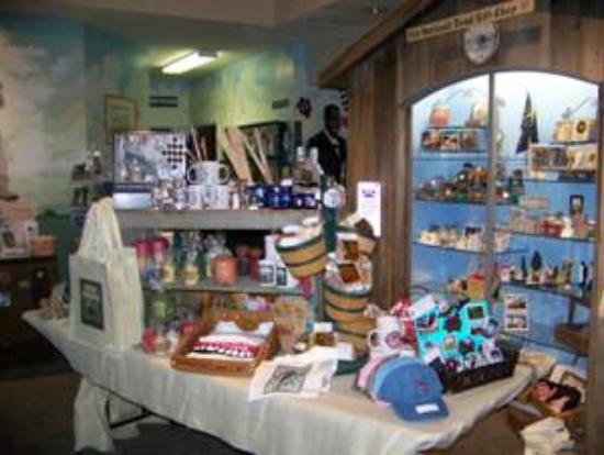 Old National Road Welcome Center: Nice gift shop