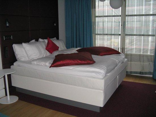 Radisson Blu Plaza Hotel, Helsinki: camera standard letto alto grande e comodo