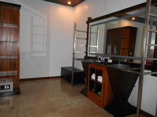 Amor Bali Villa: Bathroom Sink Area