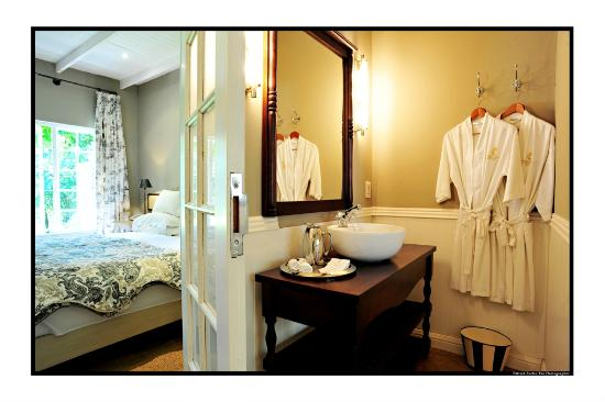 Toadbury Hall Country Hotel : French Quarter Suite bathroom