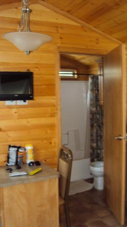 Wisconsin Dells KOA: full size bathroom