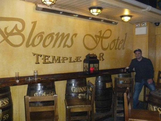 Blooms Hotel: Smokers room of the Pub