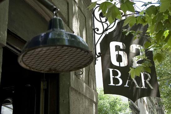 62 Bar: antiguo farol y cartel