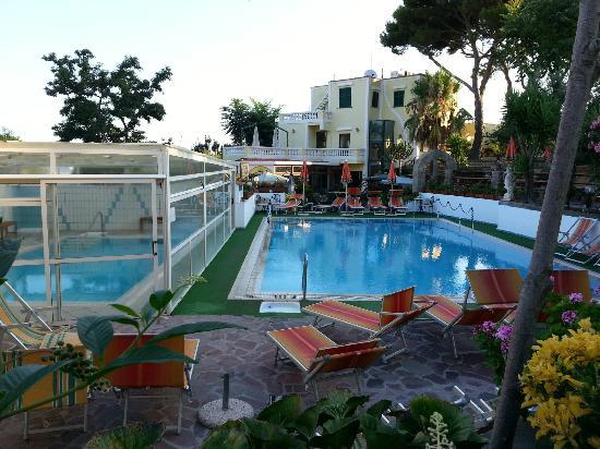 Hotel Villa Hibiscus: alba sulle piscine