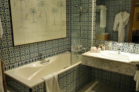 Regency Tunis Hotel: bagno con accappatoio e ciabattine