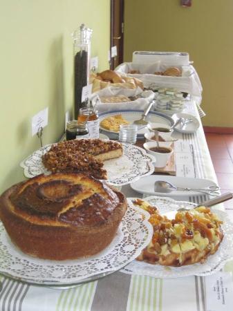 Albergaria do Calvario: Table de déjeûner (des oeufs, des crepes, etc. sont aussi servis)