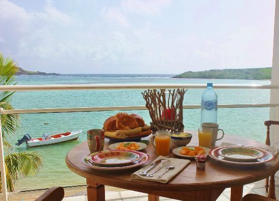 Hotel Les Ondines Sur La Plage: Le petit dejeuner servi sur la terrasse!