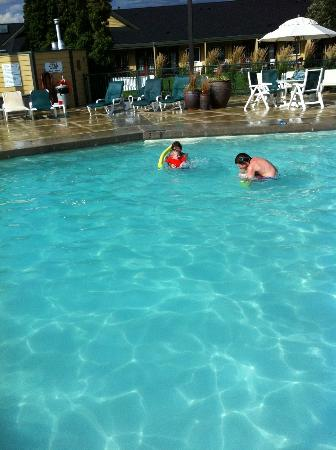 Ramada Penticton Hotel and Suites: Fun in the pool