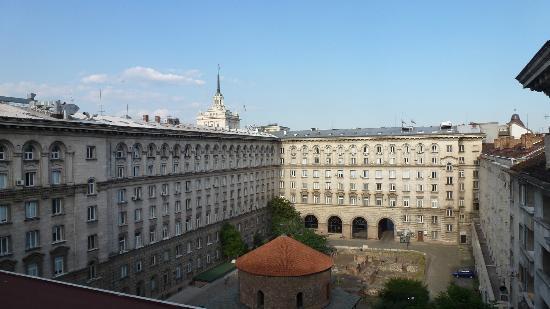 Sofia Hotel Balkan, a Luxury Collection Hotel : Blick vom Zimmer auf den Innenhof und die Kirche Sveti Georgi