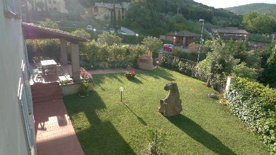 Il Casale Del Madonnino: View of side garden from bedroom